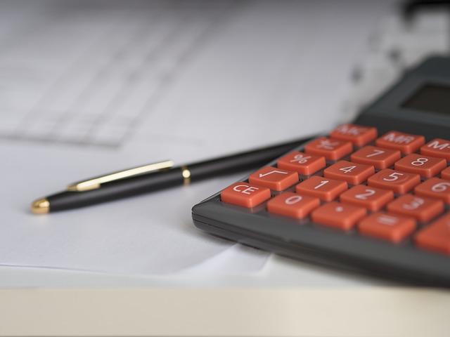 電卓とペンの画像