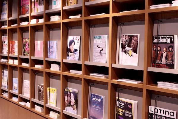 文喫の雑誌エリアの本棚