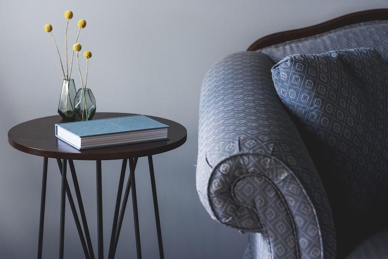 グレーのソファとサイドテーブルの画像