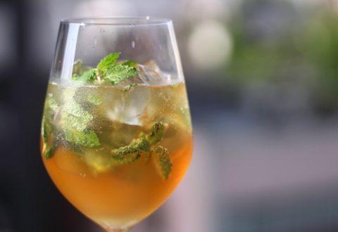 ワイングラスに注いだリプトンのアレンジティー