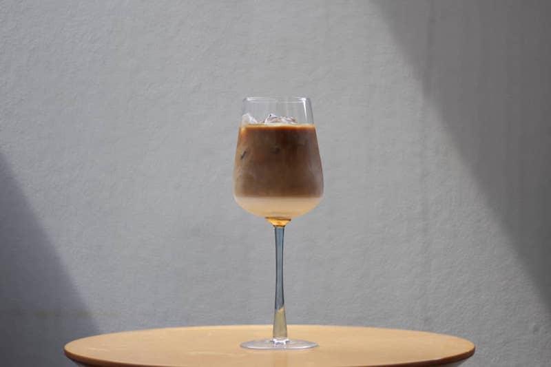 ワイングラスに注いだカフェラテ