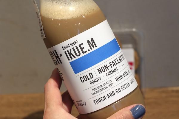 画像:TOUCH-AND-GO COFFEE(タッチアンドゴーコーヒー)のカフェラテの名入れボトル