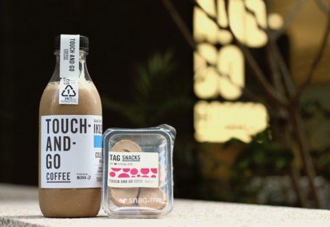 画像:TOUCH-AND-GO COFFEE(タッチアンドゴーコーヒー)の店舗で撮影したカフェラテの名入れボトルとスナックミーのおやつ