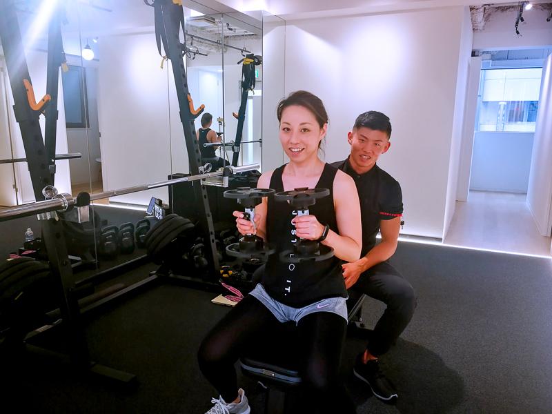 画像:パーソナルトレーニングジムのBEATS恵比寿店で高強度インターバルトレーニングの体験レッスン/ダンベルプレス