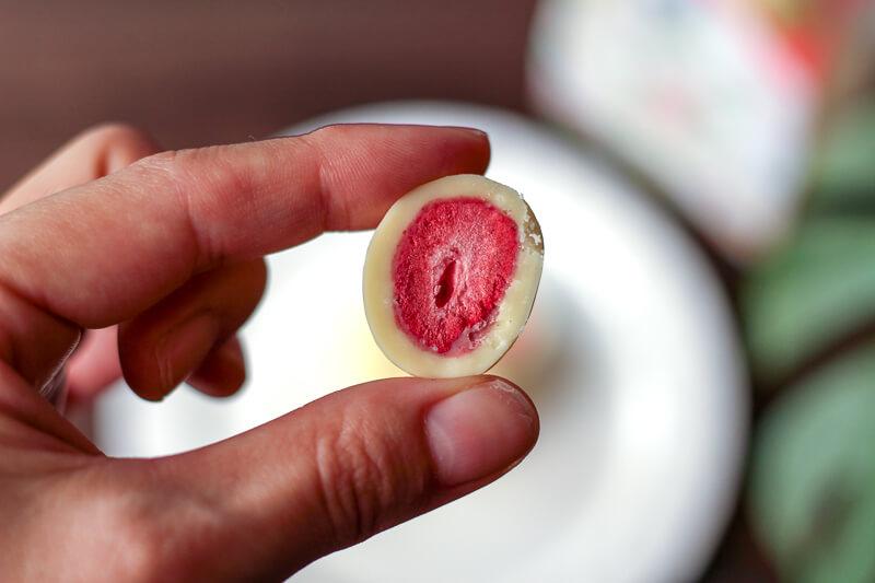 画像:北海道のお土産お菓子屋さん六花亭(ろっかてい)のストロベリーチョコ ホワイト
