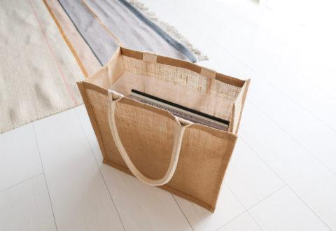 画像:無印良品のジュートマイバッグをマガジンラック似アレンジして活用