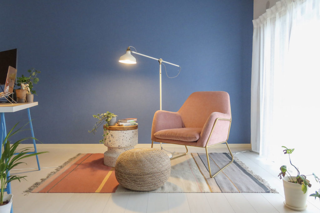 画像:イケアのライトとピンクのソファ